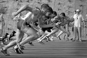 Sprnters starten aan het begin van een race