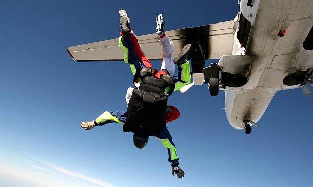 skydiven uit een vliegtuig