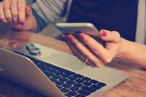 vrouw rekent haar belastbaar inkomen uit achter een laptop