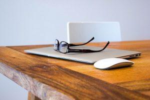 ondernemer's laptop en bril op tafel