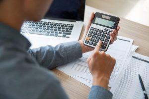 uitrekenen toeslagen voor zzp'er met laptop en rekenmachine