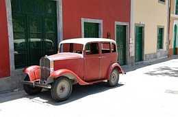 rode oldtimer in zonnige straat