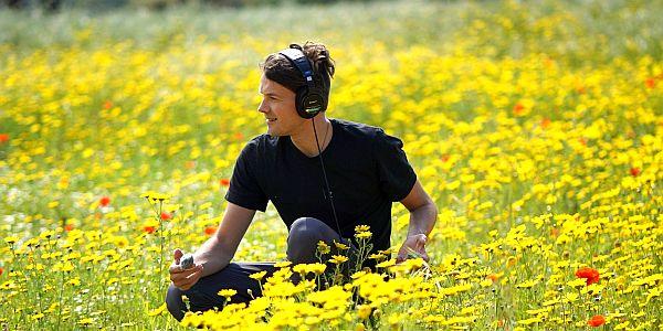 jong volwassen kind in veld met bloemen tijdens vakantie