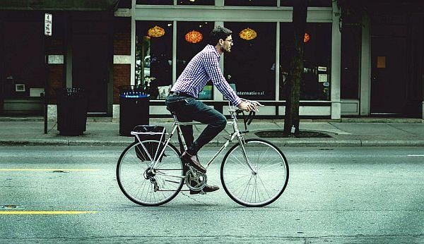 man die op fiets naar zijn werk rijdt